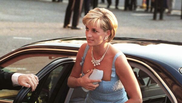 La princesa Diana sale de su coche - Sputnik Mundo