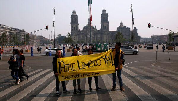 Jóvenes protestan por la mala calidad del aire en Ciudad de México - Sputnik Mundo
