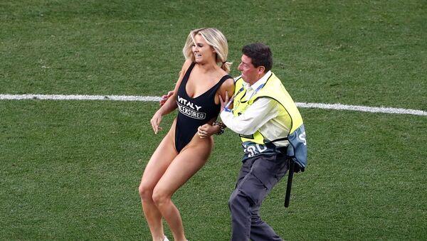 Mujer irrumpe el estadio durante la final de la 'Champions' entre el Liverpool y el Tottenham - Sputnik Mundo