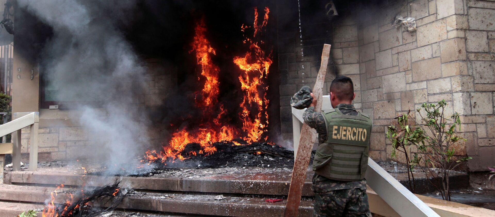 La quema de la puerta de la embajada de EEUU en Honduras - Sputnik Mundo, 1920, 03.06.2019