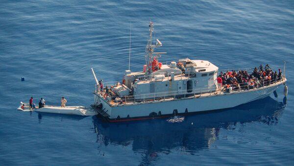 Un barco con migrantes en el Mediterraneo - Sputnik Mundo
