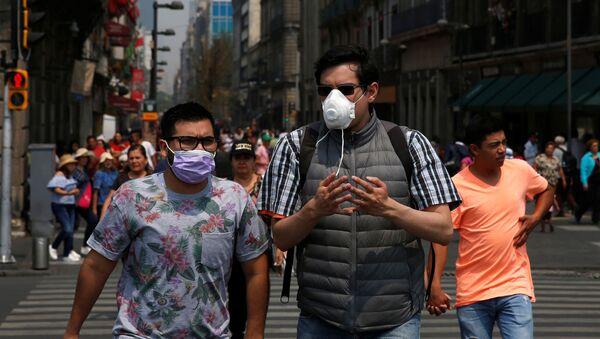 Personas con máscaras en Ciudad de México, debido a la contaminación ambiental - Sputnik Mundo