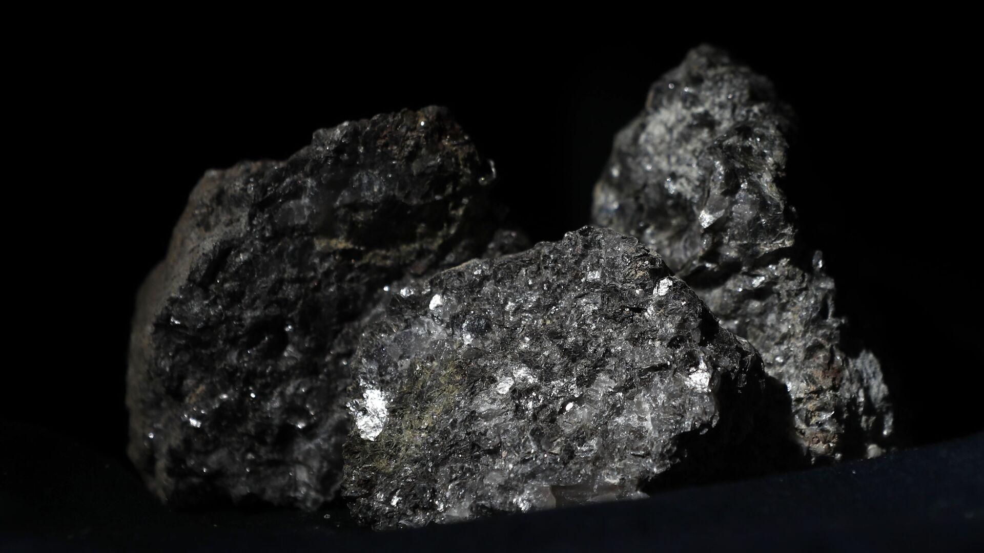 Partículas de litio brillan en la superficie de un mineral  - Sputnik Mundo, 1920, 07.10.2021