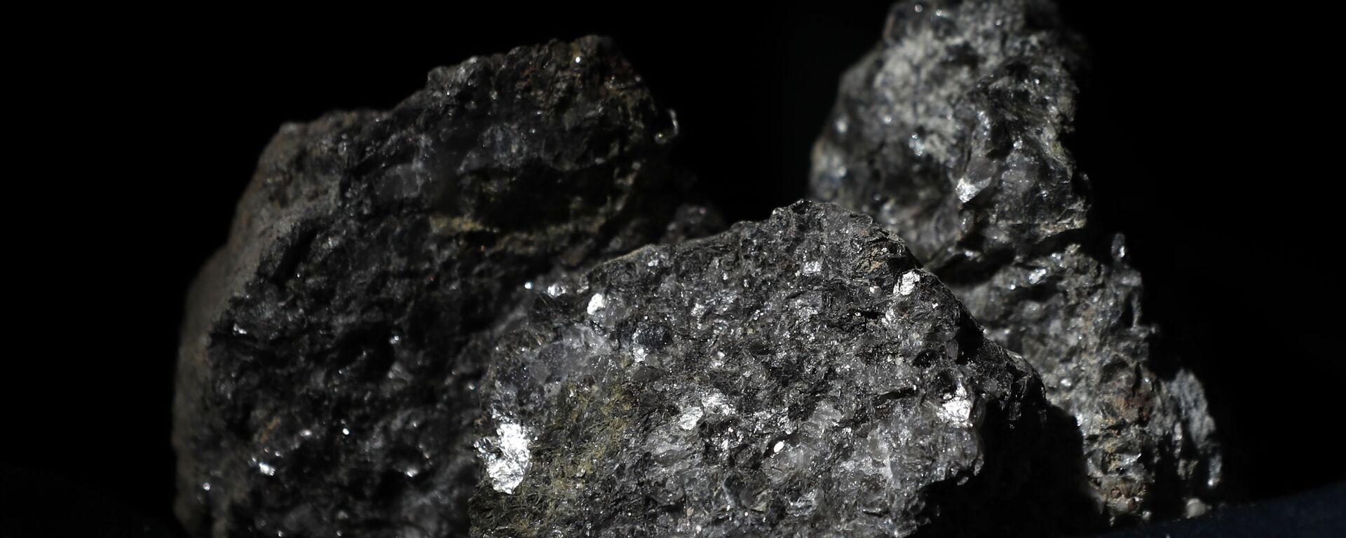 Partículas de litio brillan en la superficie de un mineral  - Sputnik Mundo, 1920, 08.10.2020