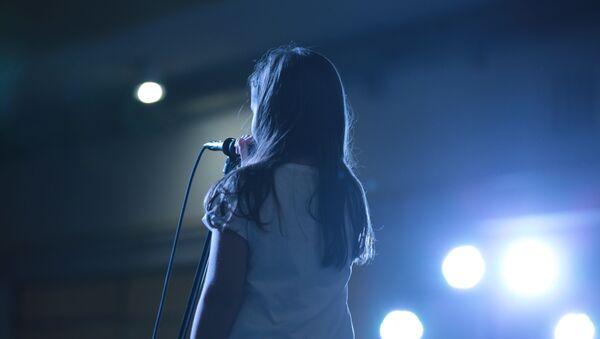 Una niña en un escenario - Sputnik Mundo