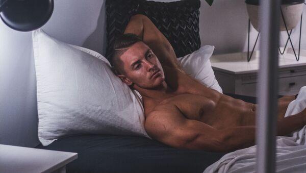 Un hombre en una cama - Sputnik Mundo