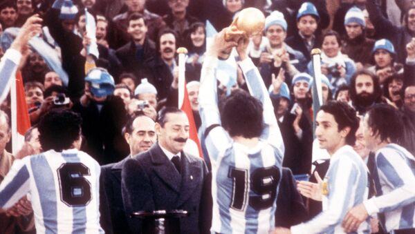La selección argentina de fútbol celebra el campeonato mundial en 1978 frente al dictador Jorge Rafael Videla - Sputnik Mundo