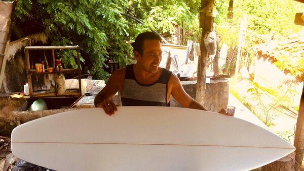 Roberto Salinas Rebollar antes competía en surf, pero debido a lesiones que ha sufrido ahora fabrica tablas en Puerto Escondido (Oaxaca) - Sputnik Mundo