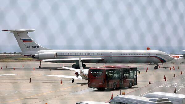 Un avión ruso en el aeropuerto de Caracas, Venezuela - Sputnik Mundo