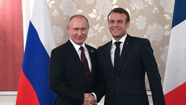 El presidente de Rusia, Vladímir Putin, y el presidente de Francia, Emmanuel Macron - Sputnik Mundo