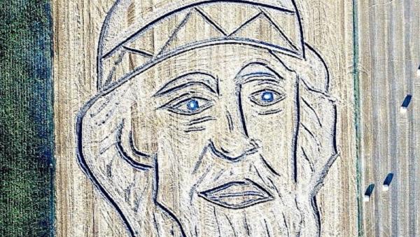 Retrato de San Vladímir dibujado en campo con tractor - Sputnik Mundo