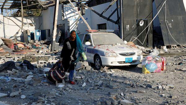 Ataque aéreo a un centro de detención de migrantes en la ciudad libia de Tajura - Sputnik Mundo