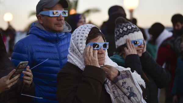 Argentinos miran el eclipse de Sol en la localidad de Chascomús, en la provincia de Buenos Aires - Sputnik Mundo
