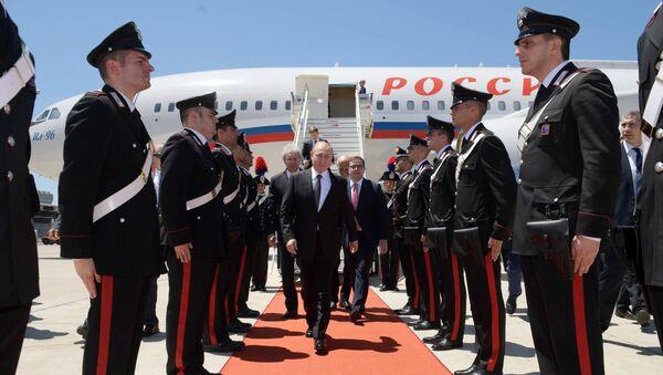 Presidente de Rusia, Vladímir Putin, en el aeropueto de Roma, Italia - Sputnik Mundo