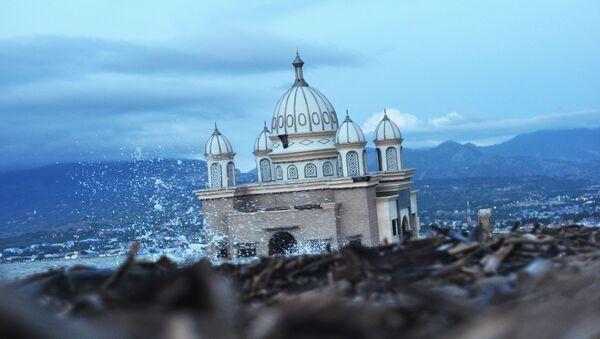 Una mezquita abandonada en Palu (Indonesia), tras las catástrofes naturales de septiembre de 2018 - Sputnik Mundo