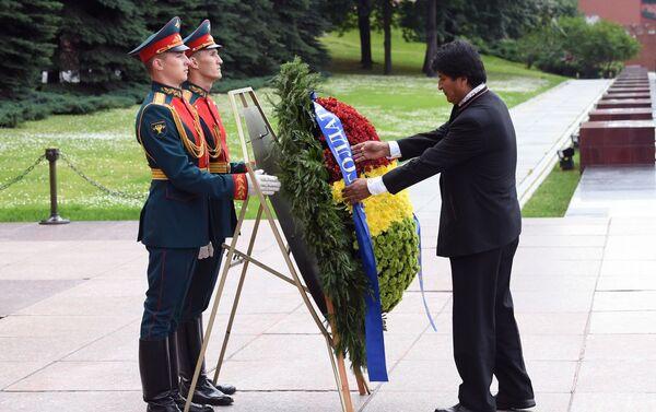 Evo Morales deposita una ofrenda floral en la Tumba del Soldado Desconocido en Moscú - Sputnik Mundo