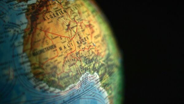 El continente africano en un globo terráqueo - Sputnik Mundo