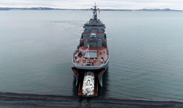 Высадка зенитных ракетных комплексов Тор-М2ДТ на побережье архипелага Новая Земля с борта большого десантного корабля проекта 775 Кондопога - Sputnik Mundo