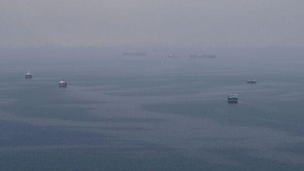 Buques navegan en el estrecho Ormuz - Sputnik Mundo
