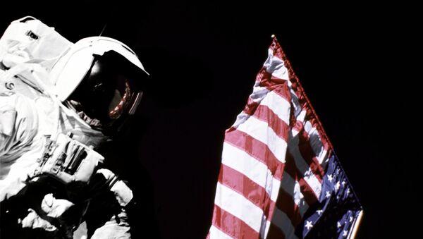Un astronauta con la bandera de EEUU (imagen referencial) - Sputnik Mundo