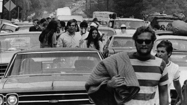 Jóvenes se unen al Festival de Woosdtock en Nueva York, 1969 - Sputnik Mundo
