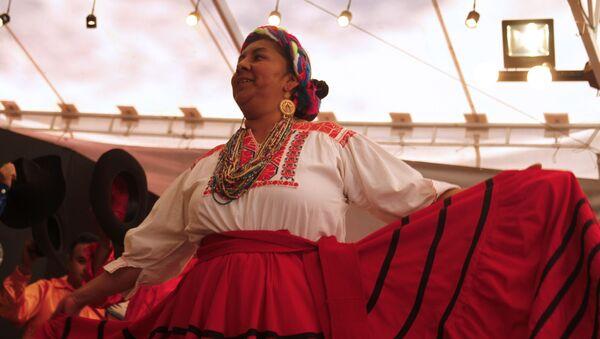 Una mexicana baila una danza tradicional (imagen referencial) - Sputnik Mundo