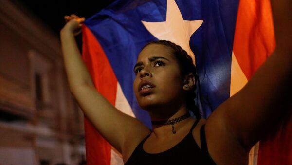 Una joven con la bandera de Puerto Rico - Sputnik Mundo
