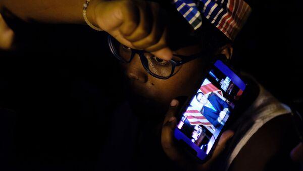 Los puertorriqueños escuchan la renuncia del gobernador Ricardo Rosselló - Sputnik Mundo
