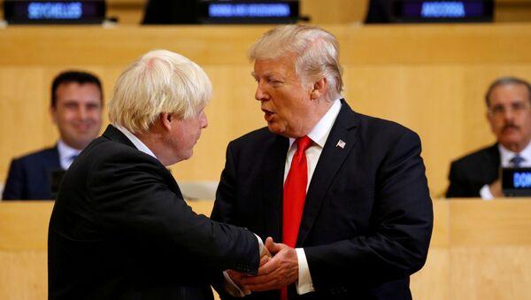 El presidente de los Estadso Unidos, Donald Trump, junto al primer ministro británico, Boris Johnson - Sputnik Mundo