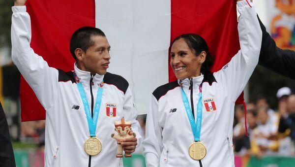 Christian Pacheco y Gladys Tejeda tras recibir oro en la maratón de los XVIII Juegos Panamericanos Lima 2019, el 27 de julio de 2019 - Sputnik Mundo
