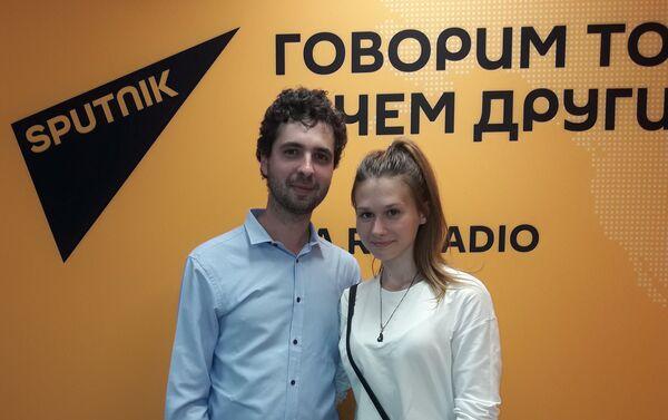 Nicolás Font con su novia Yulia - Sputnik Mundo
