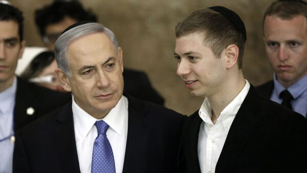 El primer ministro israelí, Benjamin Netanyahu, y su hijo Yair  - Sputnik Mundo