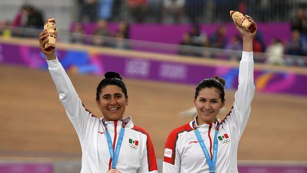 La mexicana Lizbeth Salazar y Jessica Bonilla celebran al ganar una bronce en ciclismo - Sputnik Mundo