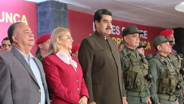 Presidente de Venezuela, Nicolás Maduro, con su esposa Cilia Flores y ministro de Defensa, Vladimir Padrino, durante el 82 aniversario de la Guardia Nacional Bolivariana (GNB) - Sputnik Mundo