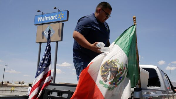 Banderas de EEUU y México en el lugar del tiroteo en El Paso, Texas - Sputnik Mundo