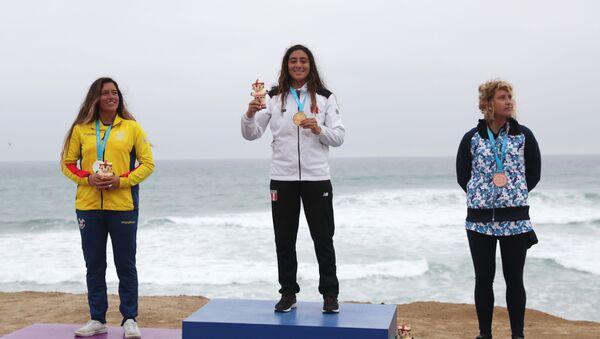 Daniella Rosas en el podio - Sputnik Mundo