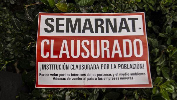Cartel que exige la clausura de la Secretaria del Medio Ambiente y Recursos Naturales por la negligencia para atender las catástrofes ambientales que Grupo México ha ocasionado en diversos estados de la República Mexicana - Sputnik Mundo