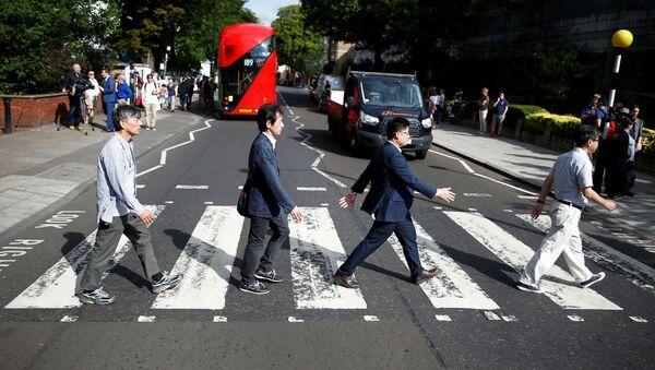 Turistas se toman una fotografía en la cebra de Abbey Road, 50 años después que los Beatles - Sputnik Mundo