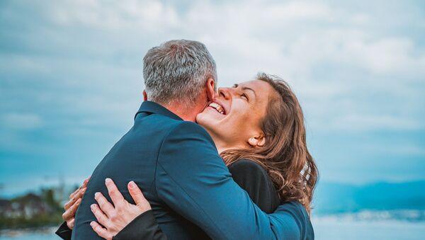 Una pareja abrazándose - Sputnik Mundo