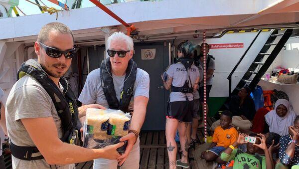 El actor estadounidense Richard Gere en el barco de rescate Open Arms - Sputnik Mundo