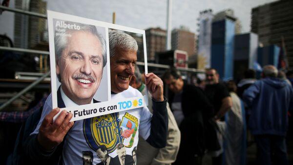 Un partidario del precandidato opositor argentino Alberto Fernández - Sputnik Mundo