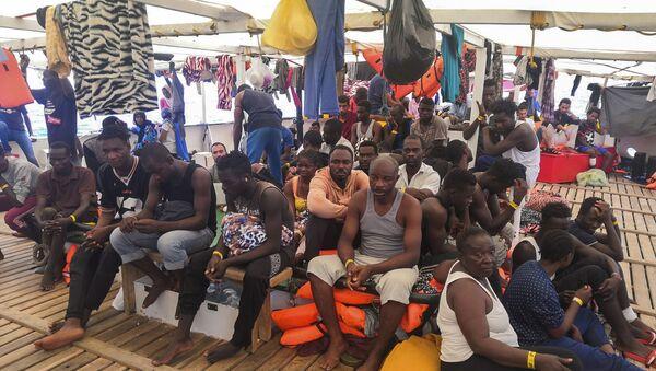 Los migrantes a bordo del buque humanitario de Open Arms - Sputnik Mundo