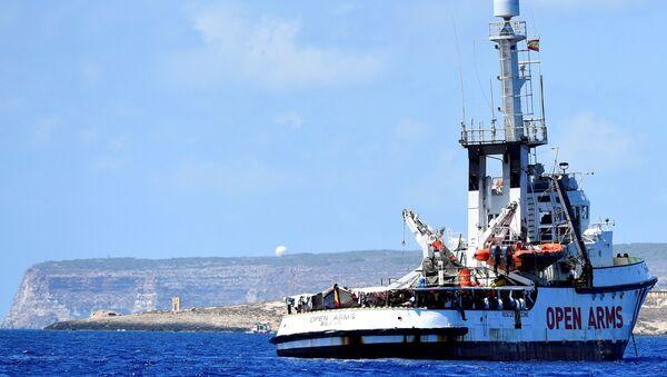 Barco de rescate Open Arms cerca de la isla italiana de Lampedusa - Sputnik Mundo