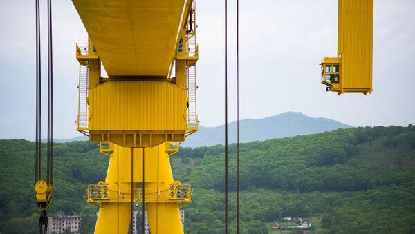 La cabina del operador de la supergrúa Goliat en el astillero Zvezda - Sputnik Mundo