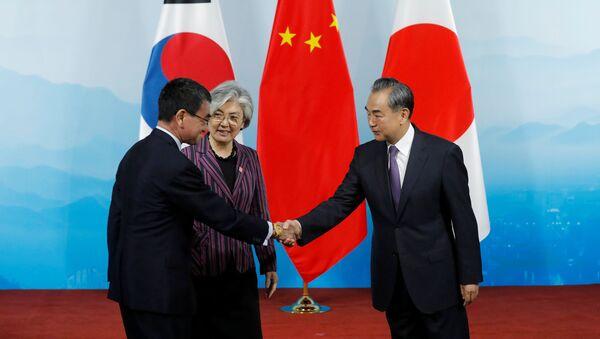 El ministro de Exteriores nipón, Taro Kono, con sus homólogos surcoreana, Kang Kyung-hwa, y chino, Wang Yi  - Sputnik Mundo