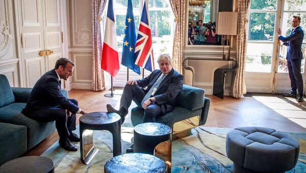 Emmanuel Macron, presidente de Francia, y Boris Johnson, primer ministro británico, durante su visita a París el 22 de agosto de 2019 - Sputnik Mundo