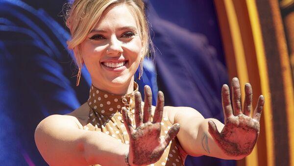 Scarlett Johansson, actriz estadounidense, tras colocar sus huellas frente al Chinese Theatre en Holywood (EEUU), el 23 de abril de 2019 - Sputnik Mundo