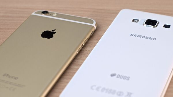 Un iPhone de Apple y un teléfono de Samsung - Sputnik Mundo