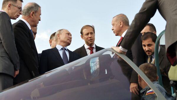 Los presidentes de Rusia y Turquía, Vladímir Putin y Recep Tayyip Erdogan, examinan el Su-57 - Sputnik Mundo
