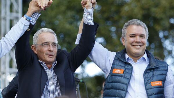 Álvaro Uribe (izda.) y Iván Duque (dcha.), políticos colombianos (archivo) - Sputnik Mundo